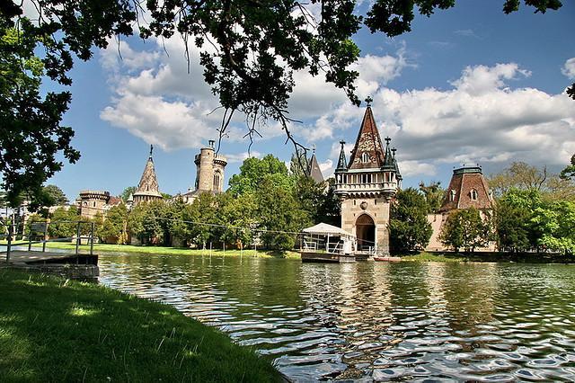 Zámok v Laxenburgu, návšteva čokoládovne s plavbou po najväčšom podzemnom jazere v Európe